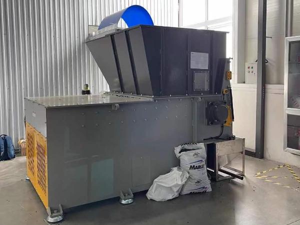 东莞某电子公司定制塑料撕碎机案例